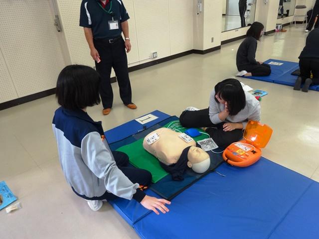 AEDを使った救命救急の実技指導