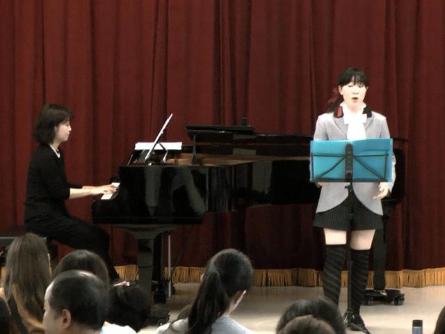 ホール発表:独唱「仮面舞踏会」ほか 1部2年有志