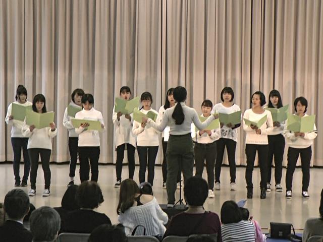 ホール発表:合唱「さんぽ」「にじ」 2部1年