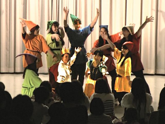 ホール発表:オペレッタ「白雪姫」 1部2年A組