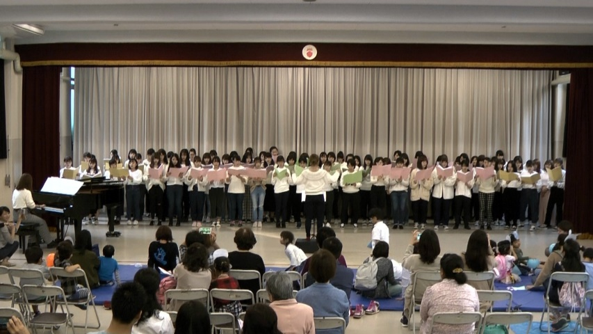 ホール発表:合唱「いのちの歌」「校歌」 1年全員